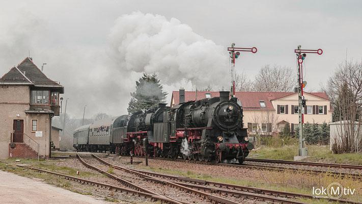 58 11 und 50 3610 fahren in Deutschenbora ein (04/2019)