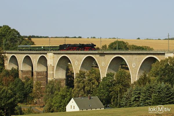 03 2155-4 und 50 3648-8 bei der Parallelfahrt auf dem Viadukt in Wegefarth