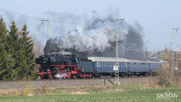 In voller Fahrt durcheilte 01 202 soeben die Ortschaft Reuth (Vogtl.)