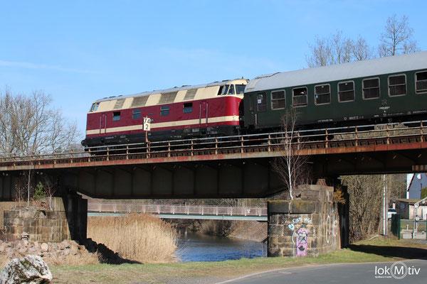 118 552-9 auf dem Weg nach Meißen, hier auf der Muldenbrücke in Nossen (04/2018)