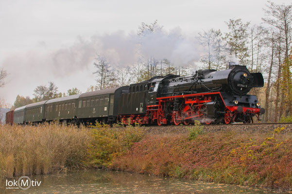 Im morgentlichen Nebel legt sich 41 1144-9 mit einem Personenzug bei Neuhof in die Kurve.