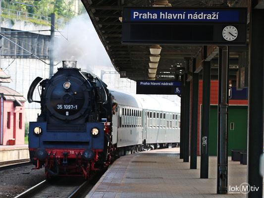 35 1097-1 fährt in Prag für die Rückfahrt nach Glauchau ein 08/2017