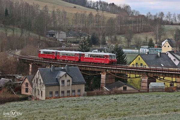 VT2.09.271 in Markersbach in der Schwimmbadkurve (12/2017)