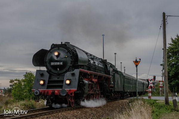 01 1518-8 verlässt Könitz in Richtung Saalfeld (10/2019)