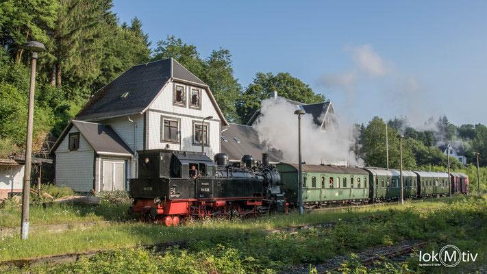 Beim Abstieg nach Themar durchrollt der Zug auch den Bahnhof Schmiedeberg