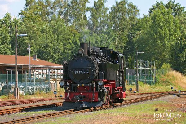 99 1789-9 bei der Zugumfahrung im Bahnhof Radeburg (08/2018)