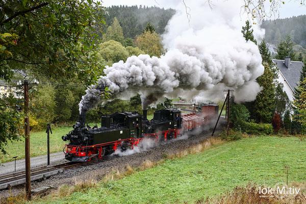 99 542 und 99 1594 mit einem Güterzug nach der Ausfahrt in Schmalzgrube