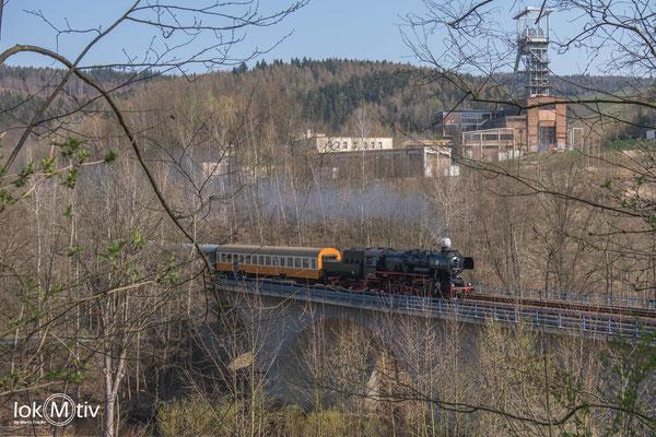 52 8154-8 passiert den Schacht 371 auf dem Weg nach Schwarzenberg und Schlettau