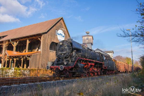 44 1486-8 passiert das Gradierwerk in Bad Salzungen in Richtung Eisenach