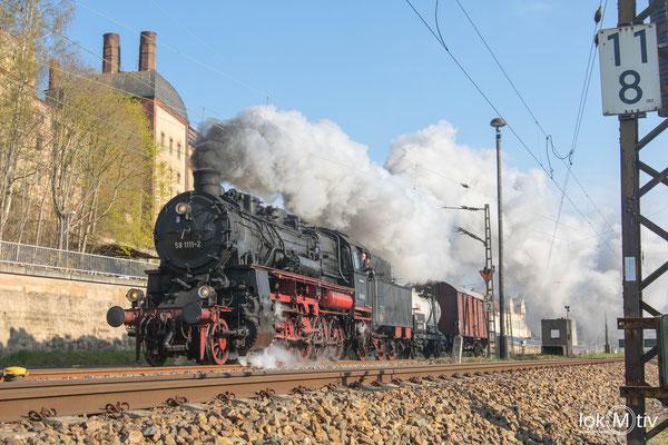 58 1111-2 auf der Anreise zum Dampflokfest Dresden vor den ehemaligen Malzwerken in Gößnitz (04/2019)