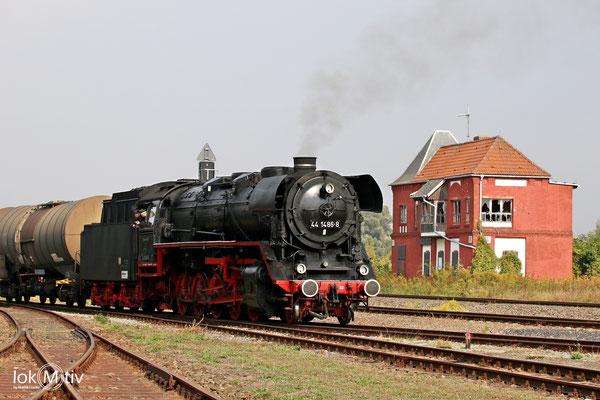 44 1486-8 im Eisenbahnmuseum Staßfurt mit einem Fotozug 09/2017