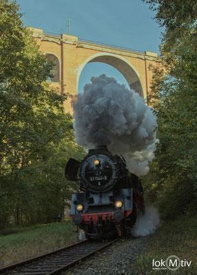 41 1144-9 auf der Elstertalbahn unterquert den Elstertalviadukt 10/2018