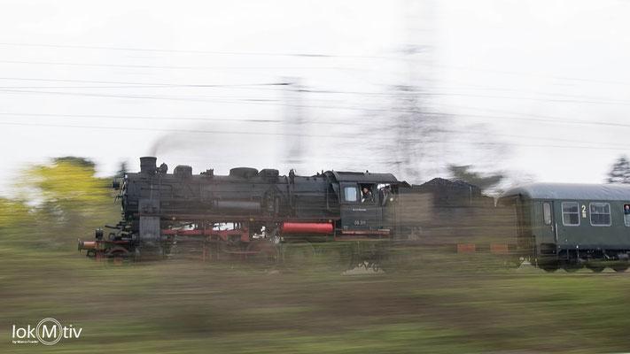 58 311 (bei Anreise 58 1111-2) mit einem Sonderzug auf dem Weg nach Döbeln. Hier läuft sie mit ca. 60 km/h auf Redebeul zu.