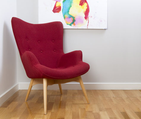 Roter Retrosessel als Hingucker im Raum. Foto: © Jodie Johnson/Fotolia.com