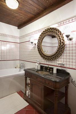 Rot-Weiss geliestes Badezimmer im Landhausstil. Foto: © Alexey Kuznetsov/fotolia.com