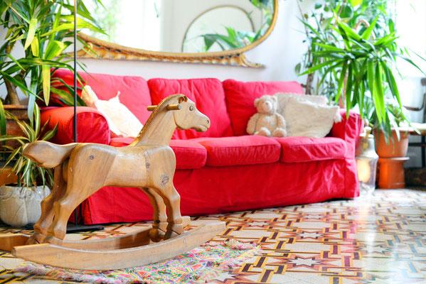 Meditaraner / Kubanischer Wohnstil mit Zementmosaikfliesen und rotem Sofa. Foto: © Nadiyka/Fotolia.com