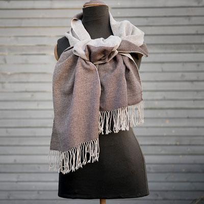 Der handgewebte Schal – kuschelig wärmend geknotet.