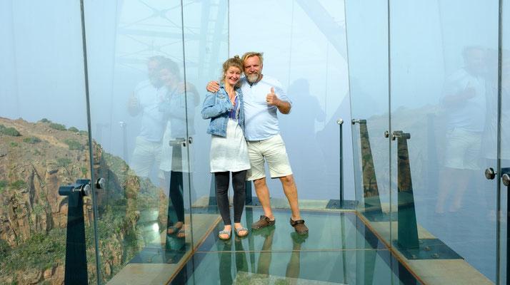 Glasboden: Unter unseren Füssen geht es 300 Meter steil bergab