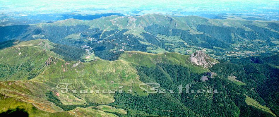 Le lioran en arrière plan, le Puy Priou a droite