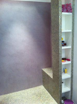 douche à l'italienne, banc et colonne rangement, mosaïque et béton ciré