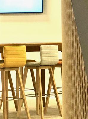 des assises confortables au travail : bois et feutre