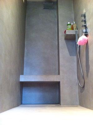 douche à l'italienne, béton ciré, banc intégré