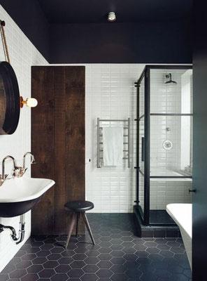 un entre-deux : osez le noir au sol comme au plafond dans la salle de bains  #decoetmatieresvousconseille