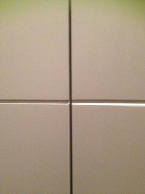 menuiserie sur mesure chanfreinée pour alignement calepinnage wc