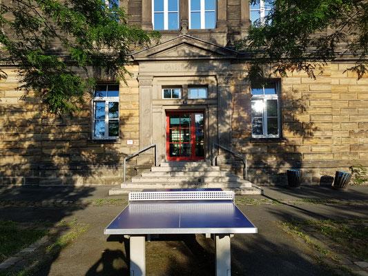Hier soll die Pausenhalle stehen. Tennis kann dann auf der ruhigeren Seite zum Rathaus hin gespielt werden.