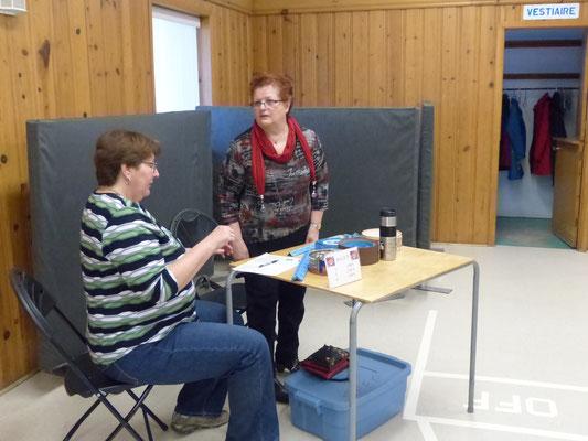 Nos bénévoles à la table de vente des billets pour les prix de présence.