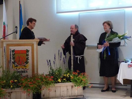 Saint-Fiacre remet une gerbe de fleurs et des souvenirs à Mme. Johane Boucher, bénévole de l'année 2018.