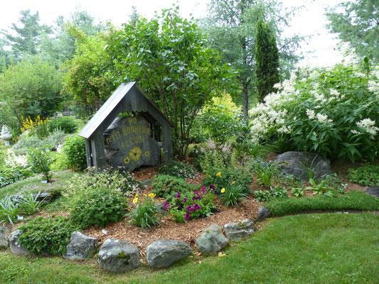 Un couple de jardiniers beaucerons, Louiselle et Yvon Veilleux, récolte enfin les fruits de leur travail. Le jardin <Au P'tit bonheur fleuri > de Saint-Côme-Linière est devenu petit à petit un véritable attrait touristique.