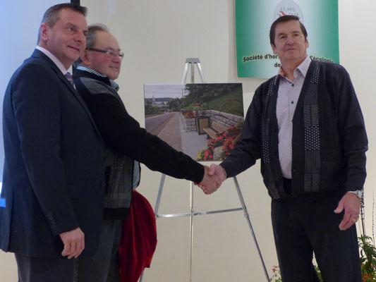 La Ville de Saint-Raymond s'est vue décernée le prix de la 'municipalité présentant le meilleur bilan d'amélioration' parmi les 18 localités de la MRC en 2018. Dévoilement de la photo imprimée sur toile, des aménagements paysagers de la Côte joyeuse.