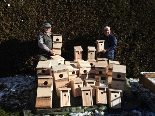 Rolland Hamel et Bruno Carpentier très fiers d'une partie de leur production de nichoirs à petite nyctale et à merlebleu de l'Est. (Photo: Huguette Gignac, 23 novembre 2016)