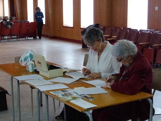 Au poste d'accueil: Mesdames  Claudette Roberge et Nicole Tessier.
