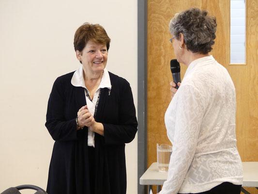 Madame Johane Boucher, conférencière, qui reçoit les remerciements de madame Claudette Roberge du CA de la SHEP