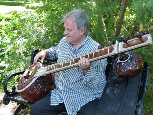 Un ''Sitar''. Le sitar est un instrument de musique à cordes pincées, luth à manche long typique de la musique hindoustanie.