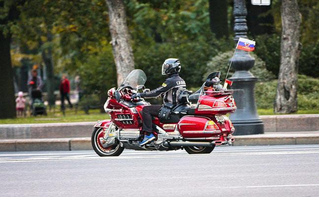 schweres Motorrad mit russischer Flagge