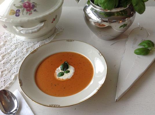 ...oder lieber eine feine Tomatencremesuppe mit Sahnehäubchen.