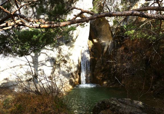 La cascade de la Clue d'Izon. Izon Nature : hébergements et table d'hôtes insolites et écoresponsables dans la Drôme Provençale, trek dans la Méouge