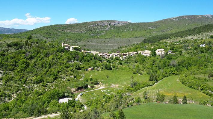 Le village de Eourres. Izon Nature : hébergements et table d'hôtes insolites et écoresponsables dans la Drôme Provençale, trek dans la Méouge
