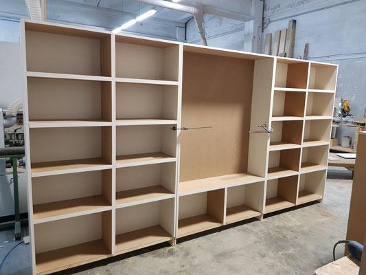 Montaggio libreria in listellare di abete prima della verniciatura