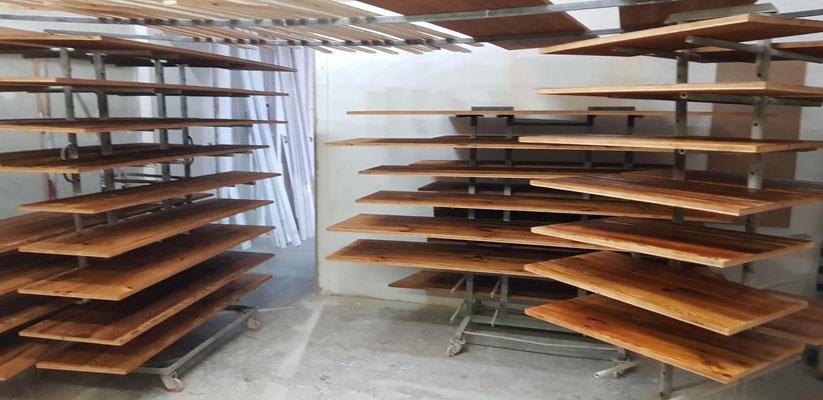 Lavorazione abete tre strati asciugato al sole. Verniciatura con finitura effetto legno grezzo.