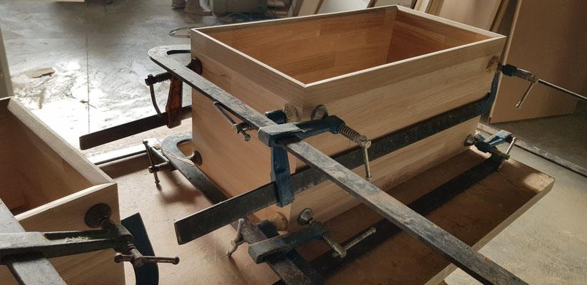 Assemblaggio mobili in falegnameria