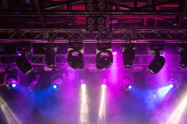 Veranstaltungstechnik: Bunte Beleuchtung an Traversen