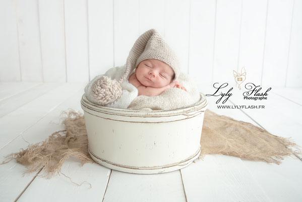 photo bébé dans panier contenant et bonnet trop mignon photographe de naissance en studio photo var draguignan toulon fréjus