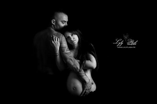 photographe de grossesse en noir et blanc pour cette grossesse gémellaire juste magique