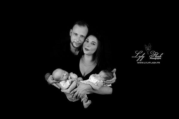 photo de famille avec des jumeaux. photographie en noir et blanc réalisée par lyly flash photographe du var
