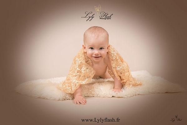 photo de bébé a 4 pattes photographe studio brignoles ou Hyères dans le var 83