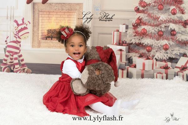 photographe Noël bébé africaine enfant trop chou trop beau avec doudou près de toulon et Brignoles dans le var PACa près de Saint maximin la sainte baume dans le var 83